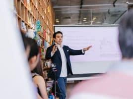 Professeur donnant un cours devant écran projeter et élèves